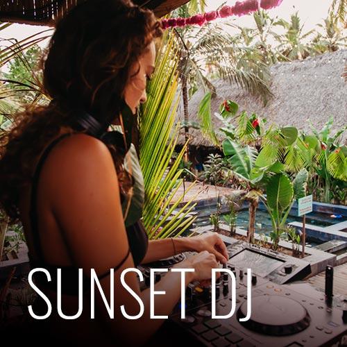 Para los amantes de relajarse en la playa y disfrutar de buena música, tenemos cada domingo un Dj Sunset, que empieza desde las 4pm en la playa para que puedas bailar o solo conversar con amigos en la playa con la mejor energía