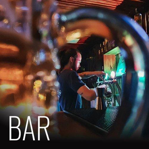 Nuestro bar ofrece deliciosos  jugos frescos hechos localmente, preparados con fruta fresca cultivada localmente. También ofrecemos cócteles e incluso nuestra propia cerveza Surf Monkey.  Nuestro bar cierra a las 12:00 a.m